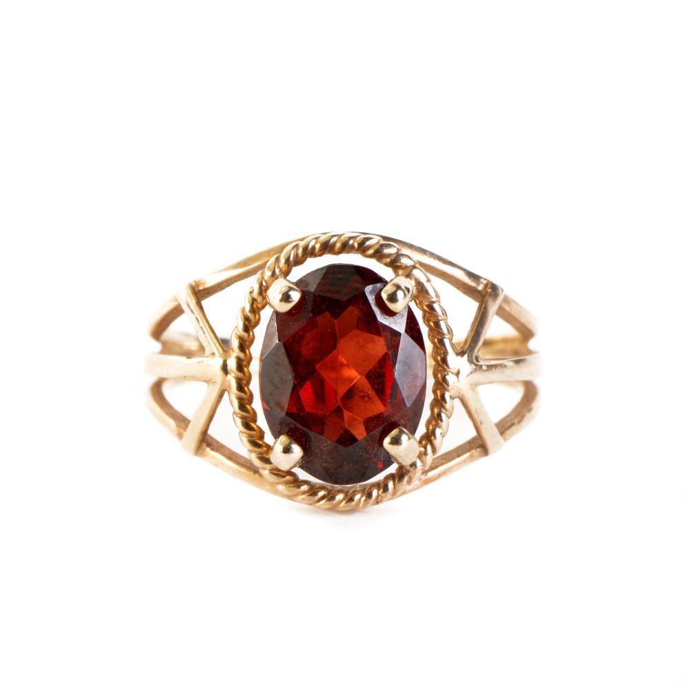 10kp Oval Garnet Split Band Size 6 Ring